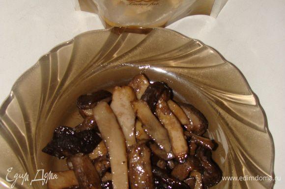 Грибы очистить и обжарить на раст. масле до готовности. Посолить, добавить смесь перцев. Пропустить через мясорубку.