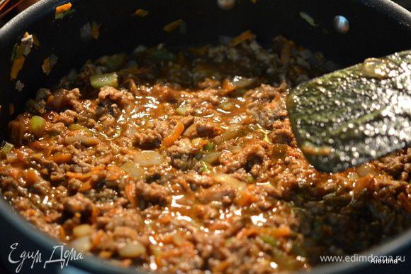 Добавить фарш, посолить и поперчить, готовить еще 5 мин. Добавить кетчуп, чили соус, 1/2 стак. воды, чили специя порошком,чесночная специя. Перемешать и готовить все вместе еще 5 мин. или до готовности фарша.