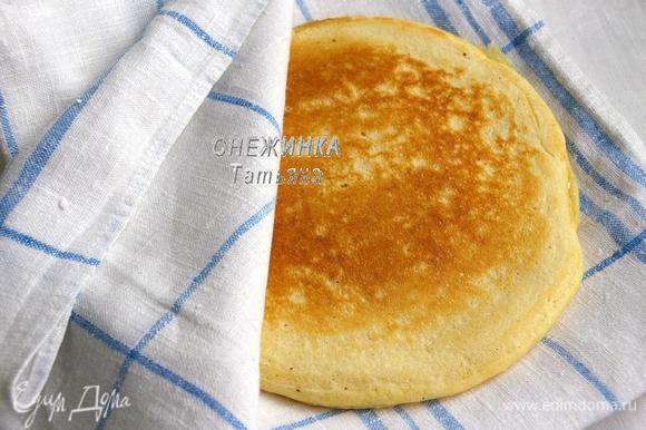 Выпекаем на другой стороне. На тарелку для блинов кладём одну половину кухонного полотенца, на неё блин и накрываем второй половиной до следующего блина.