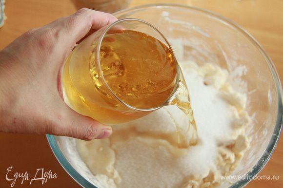 Добавить сахар, соль и пиво, перемешать.