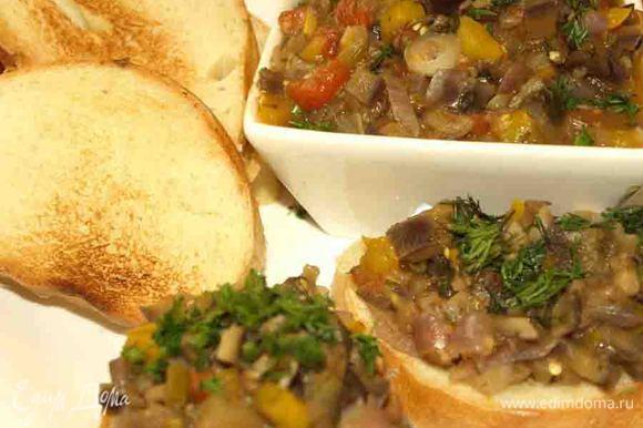 Блюдо можно есть в теплом и холодном виде. Подавать можно, как самостоятельное блюдо с подсушенным на сухой сковороде хлебом или как гарнир к мясу или рыбе.