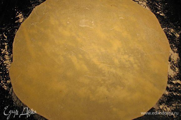 Раскатать корж диаметром 22-24 см. Коржи получаются тонкие почти прозрачные. Коржи выпекать в предварительно разогретой духовке до 200 градусов до золотистого цвета.