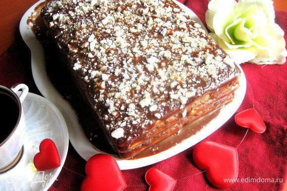Утром достаём почти целый тортик ( у меня сзади особо нетерпеливые отрезали по кусочку для ночных чаепитий!)...