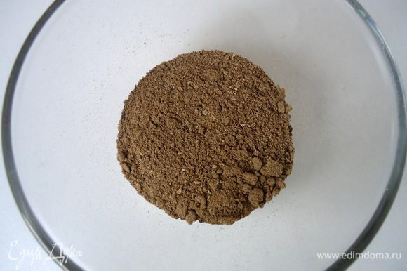Для соуса измельчить сухие грибы в кофемолке.