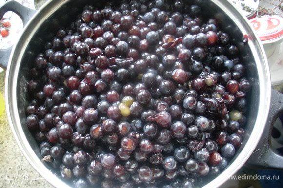 Немного помять виноград толкушкой и поставить на средний огонь. Когда закипит, процедить сок через сито.