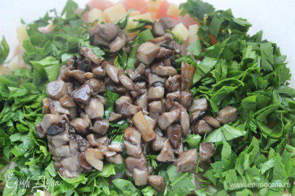 Грибы помыть, почистить нарезать мелко и обжарить на оливковом масле 5 минут. Добавить к фаршу и хорошо перемешать.