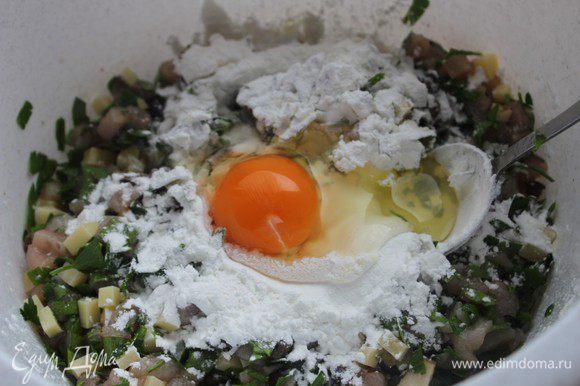 Добавить соль и перец, ввести яйцо и крахмал и еще раз перемешать.