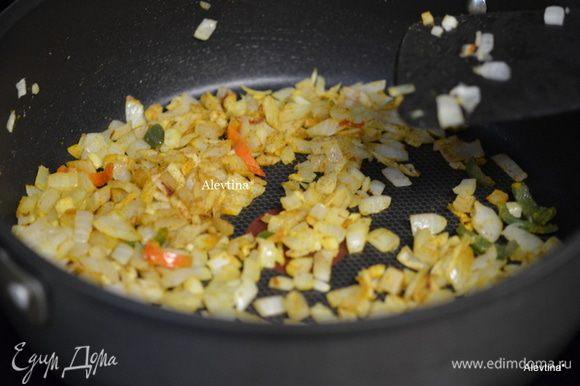Помидоры свежие 3 шт. разрезать вдоль , очистить от семян и нарезать на кубики. Или используем томаты баночные в соку, порезанные кубиками. Обжарить лук в 1 ст л. оливкового масла до мягкости, 4-5 минут. Добавить измельчённые чеснок, имбирь и острый перчик по желанию, обжарить 1 минуту. Добавить молотый тмин и куркума, обжарить 30 секунд.