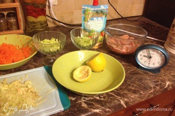 Собираем салатик в креманках: Слой 1: огурцы, смазать майонезом Слой 2: морковь, смазать майонезом Слой 3: Яблочко Слой 4: креветки