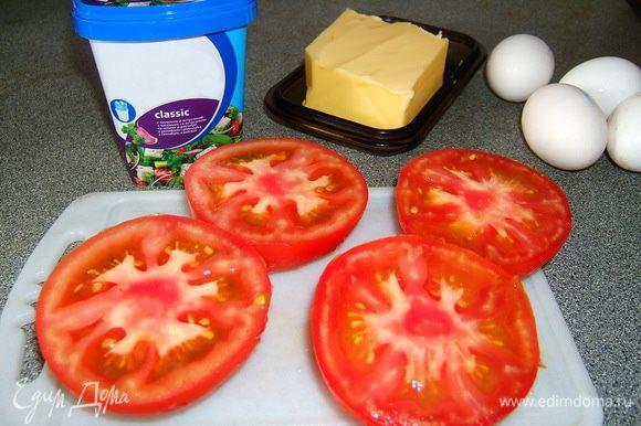 Разрезать крупные помидоры пополам (нижняя и верхняя части).