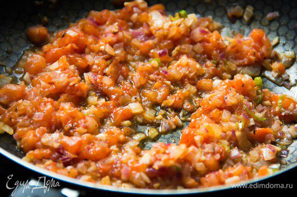 Уменьшить огонь и томить соус 15 минут, периодически помешивая. Затем соус пробить в блендере.