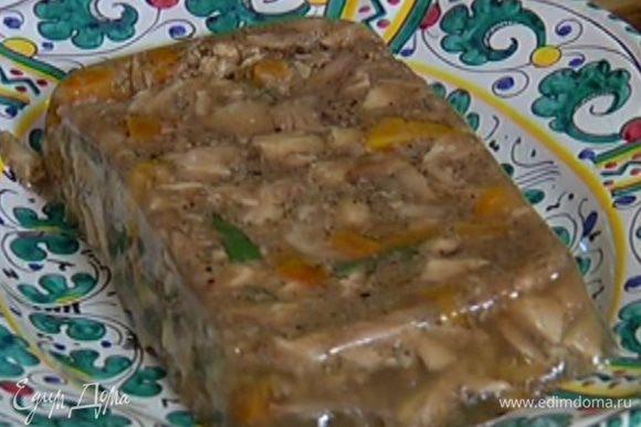 Застывший террин перевернуть на блюдо. Можно подавать с чесночными гренками.