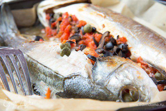 Перед подачей рыбу обязательно полить соусом со дна формы.