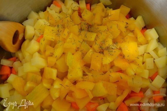 Первым делом нарезать все овощи (лук, сельдерей, морковь, картофель, перец, кабачки) небольшими кубиками одинакового размера! В большой кастрюле с тяжелым дном разогреть оливковое масло. Выложить в кастрюлю нарезанные лук и сельдерей; посолить и поперчить и обжарить на небольшом огне около 6 минут, время от времени помешивая. Добавить к овощам морковь, картофель, перец, тимьян и лавровый лист. Дать обжариться еще буквально 5 минут.