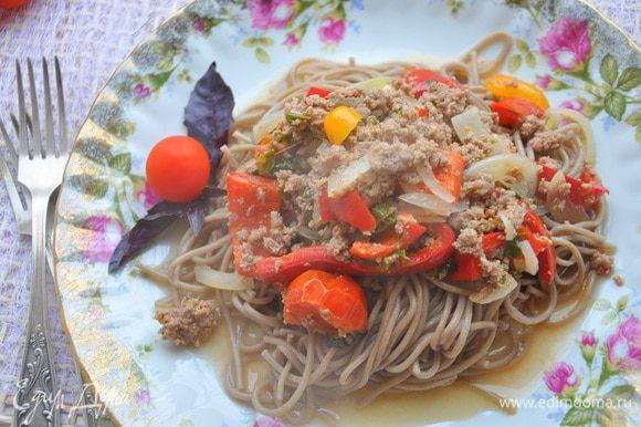 На тарелку выложить лапшу, а сверху мясо с овощами. И подавать к столу. Приятного аппетита!