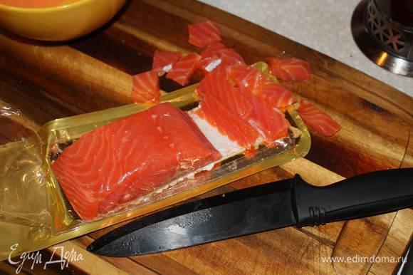 Сделаем заправку. смешаем сметану, горчицу, хрен, добавим цедру и сок лимона, соль и перец по вкусу. Рыбу порежем небольшими кусочками.