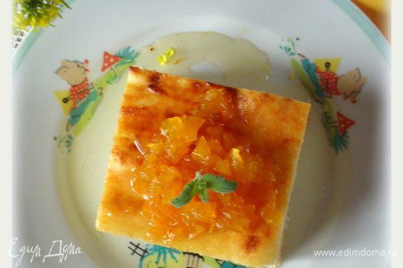 Готовую запеканку вынуть из духовки, нарезать на порционные кусочки, полить сиропом с кусочками тыквы. Приятного!!