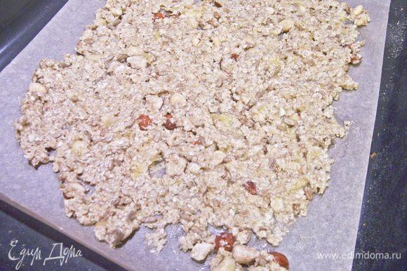 Выстелить противень пекарской бумагой, распределить тонким слоем гранолу. Оправить выпекаться на 10 минут при 200 градусах.