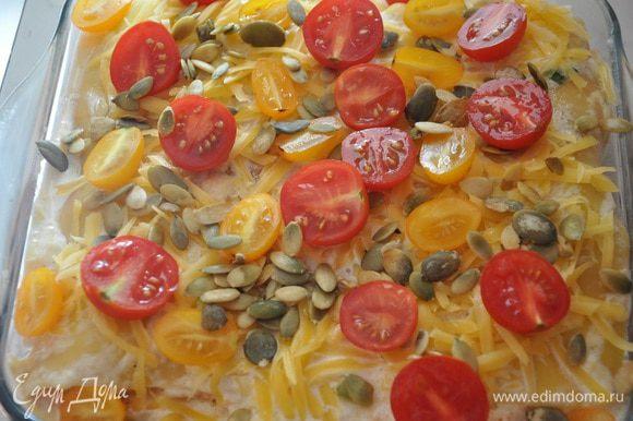 Залить сливочно-сырной массой, сверху посыпать оставшимся сыром, выложить нарезанные половинками черри и посыпать семечками.