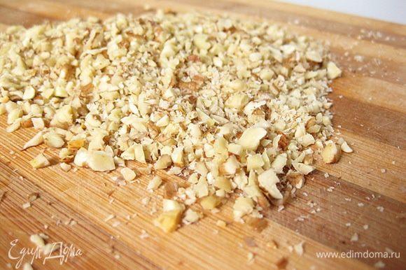 Орехи и чеснок измельчить и смешать с оливковым маслом (у меня ушло около 1/3 стакана масла, но вы можете корректировать под себя).