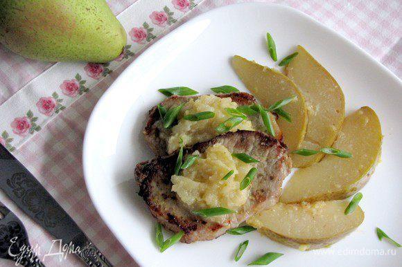 Достаньте мясо из духовки, выложите на блюдо. На мясо выложите грушево-имбирный соус. Украсьте дольками груши. Сверху посыпьте зеленым луком. Приятного аппетита!