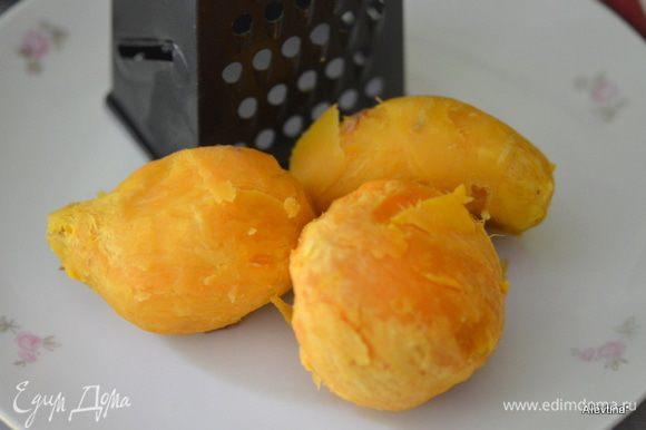 Картофель запечь ,можно предварительно. Или используем СВЧ. Очистить от кожуры. Разогреть духовку до 200 гр.