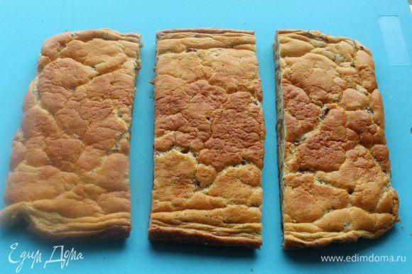 Остывший бисквит разрезать на 3 части.