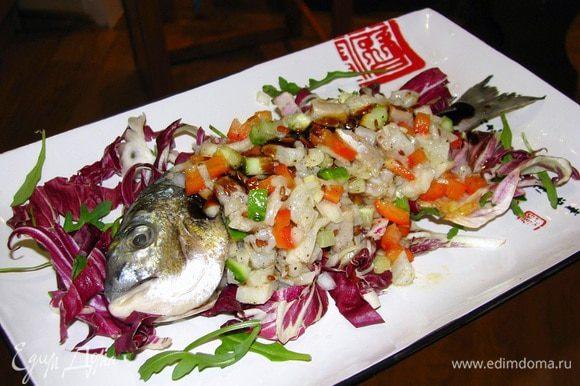 Сверху выкладываем готовый тартар по форме рыбы. Украшаем готовое блюдо чорным сезамом и соусом унаги/терияки.