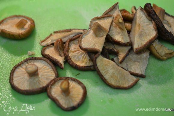 Грибы шиитаке крупные порезать. Затем добавить оливковое масло и обжарить грибы слегка. Также переложить в другое блюдо.