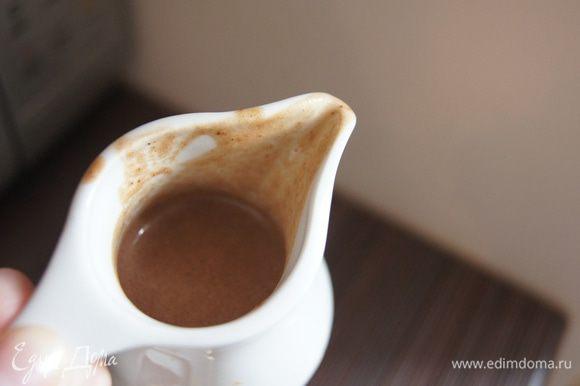 От блинной смеси в другую посуду отлить одну треть и добавить какао-порошок, хорошо перемешать. Так как шоколадное тесто будем выливать на белое по спирали, нужно взять емкость с узким носиком (хорошо подойдет соусник).