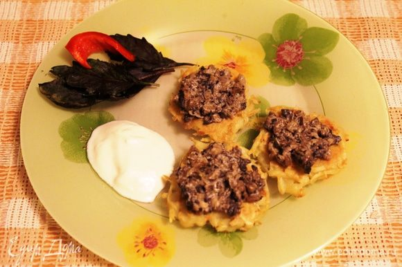На готовые оладушки выложить грибочки. По желанию, можно добавить сметаны. Приятного аппетита!
