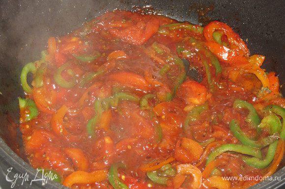 Добавьте помидоры, нарезанные ломтиками, томатную пасту, лимонный сок, мед и сушеный базилик. Влейте бульон. Посолите и доведите до кипения.