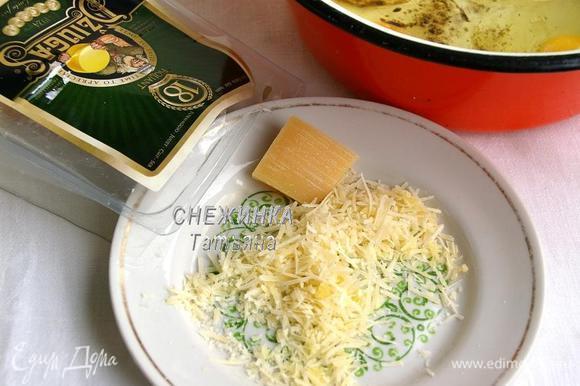 Сыр Джюгас натираем на ту же мелкую тёрку.