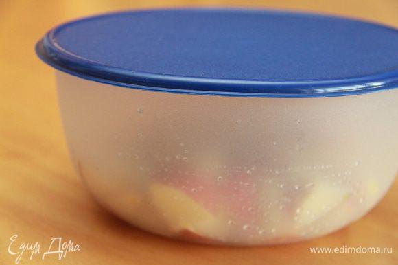 Ёмкость с яблоками закрыть крышкой и оставить в тёплом месте на ферментацию на 5 дней. Каждый день встряхивать яблоки, не открывая посуду.