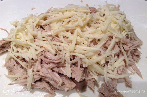 Укладываем слои: 1. мясо, 2. морковь, 3. майонез, 4. сыр, 5. грибы, 6. морковь, 7. сыр, 8. майонез.