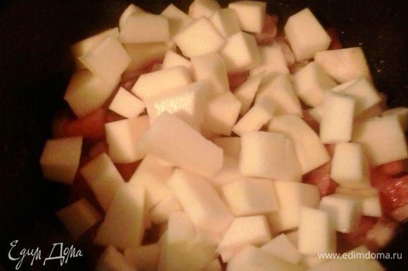 Через 5 минут выкладываем в кастрюлю тыкву, также порезанную кубиком и тушим минут 10, до полуготовности тыквы.
