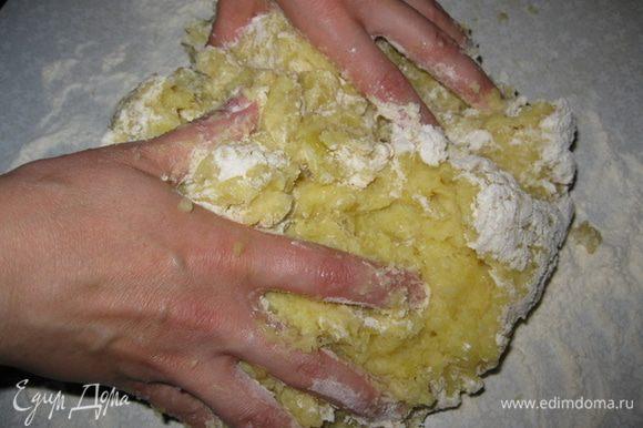 Начать смешивать все руками, добавляя немного муки. Замешивать тесто быстро и аккуратно, чем больше вы его месите, тем более оно будет упругим и твердым, а нам этого не нужно. Тесто должно быть мягким, не липким и легким для формирования.