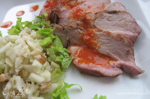 Сервировать блюдо. Индейку можно подать как в горячем, так и в холодном виде. Приятного аппетита!