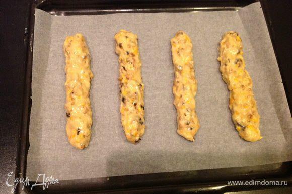 Противень застилаем пергаменом или посыпаем мукой. Делим тесто на 4 части и мокрыми руками лепим 4 колбаски. Кладём в духовку на 30 мин. Выпекаем при темперауре 170-180 градусов.