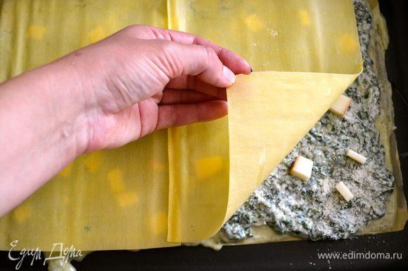 Далее продолжаем выкладывать слои лазаньи таким же образом, пока не используем все продукты. Слой листьев лазаньи, крем с песто, крем со шпинатом и рикоттой, тертый пармезан и кубики копченного сыра...