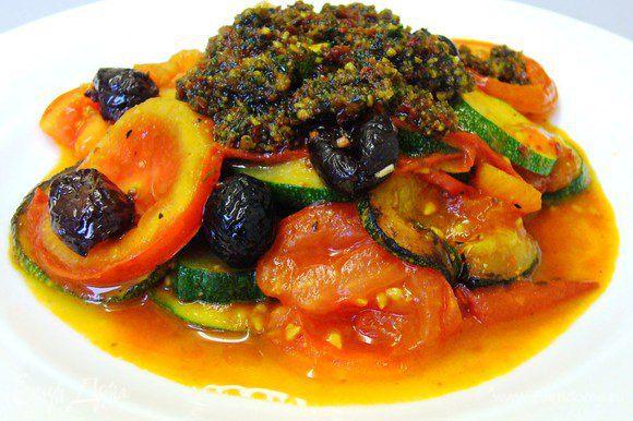 Выкладываем овощи горкой. Украшаем маслинами и томатным песто.