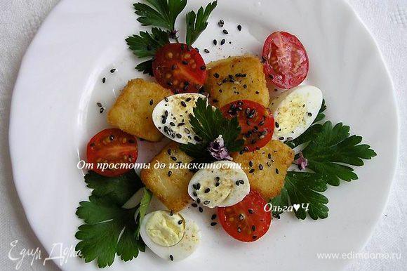 Отварить перепелиные яйца до готовности. На тарелки выложить петрушку, добавить кусочки поленты, половинки перепелиных яиц и черри.