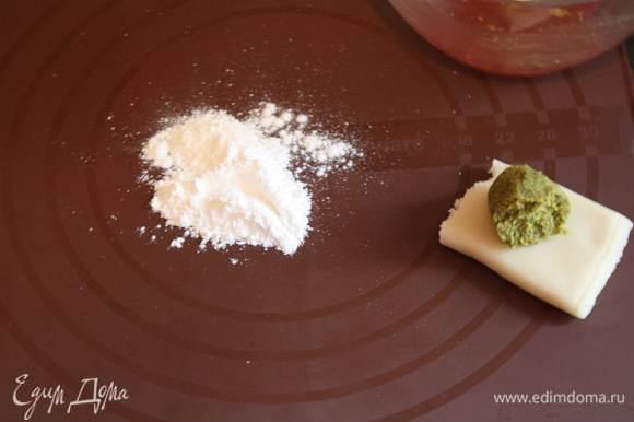Берем марципан и фисташковую пасту, вымешиваем их хорошенько. Можно добавить каплю зеленого красителя. И раскатаем их на присыпанной сахарной пудрой поверхности.