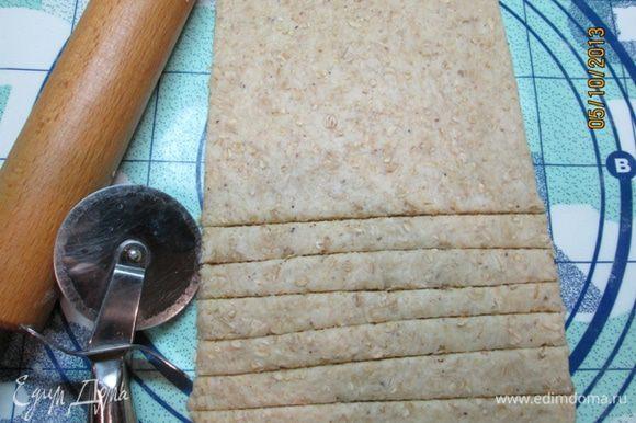 Разогреть духовку до 220 град. Противень застелить бумагой для выпечки, смазать сливочным маслом. Тесто раскатать в прямоугольник толщиной 4 мм, нарезать полосками. Отправить противень с палочками в духовку и выпекать 15 мин.