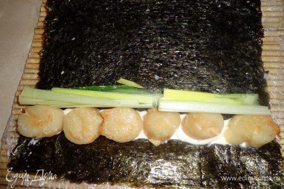 Выкладываем начинку (я экспериментировала с ингредиентами): 1. Майонез, жареный морской гребешок, огурец 2. Сыр Филадельфия, семга, перец красный и чили 3. Сыр Филадельфия, икра красная, авокадо 4. Майонез, икра красная , жареный морской гребешок, лук порей, авокадо и.д. вариантов может быть много.