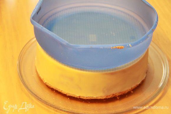 Через час достаём торт из морозилки, переворачиваем на поднос/блюдо и осторожно, стараясь не повредить шоколад, снимаем силиконовую форму.