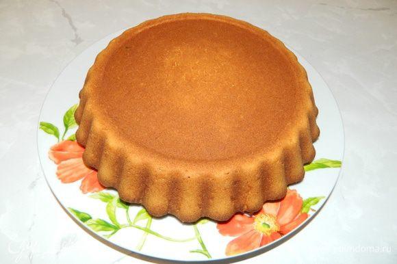 Пирог достать из духовки, переложить на тарелку.