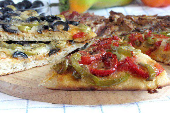 Пицца готова. Отрезайте понравившийся кусочек и наслаждайтесь. Приятного аппетита!