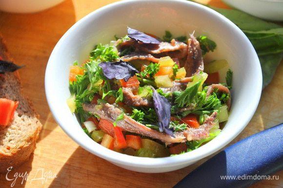 Перец и чеснок смешать со 100 г анчоусов в масле, 2 ст.л. оливкового масла и рубленой петрушки, отправить в холодильник на 30 минут.