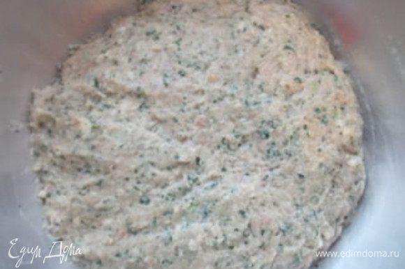 Мелем на мясорубке лук, чеснок, мясо, булку и добавляем шпинат. Солим, перчим и хорошо отбиваем фарш, я отбиваю 50 раз.